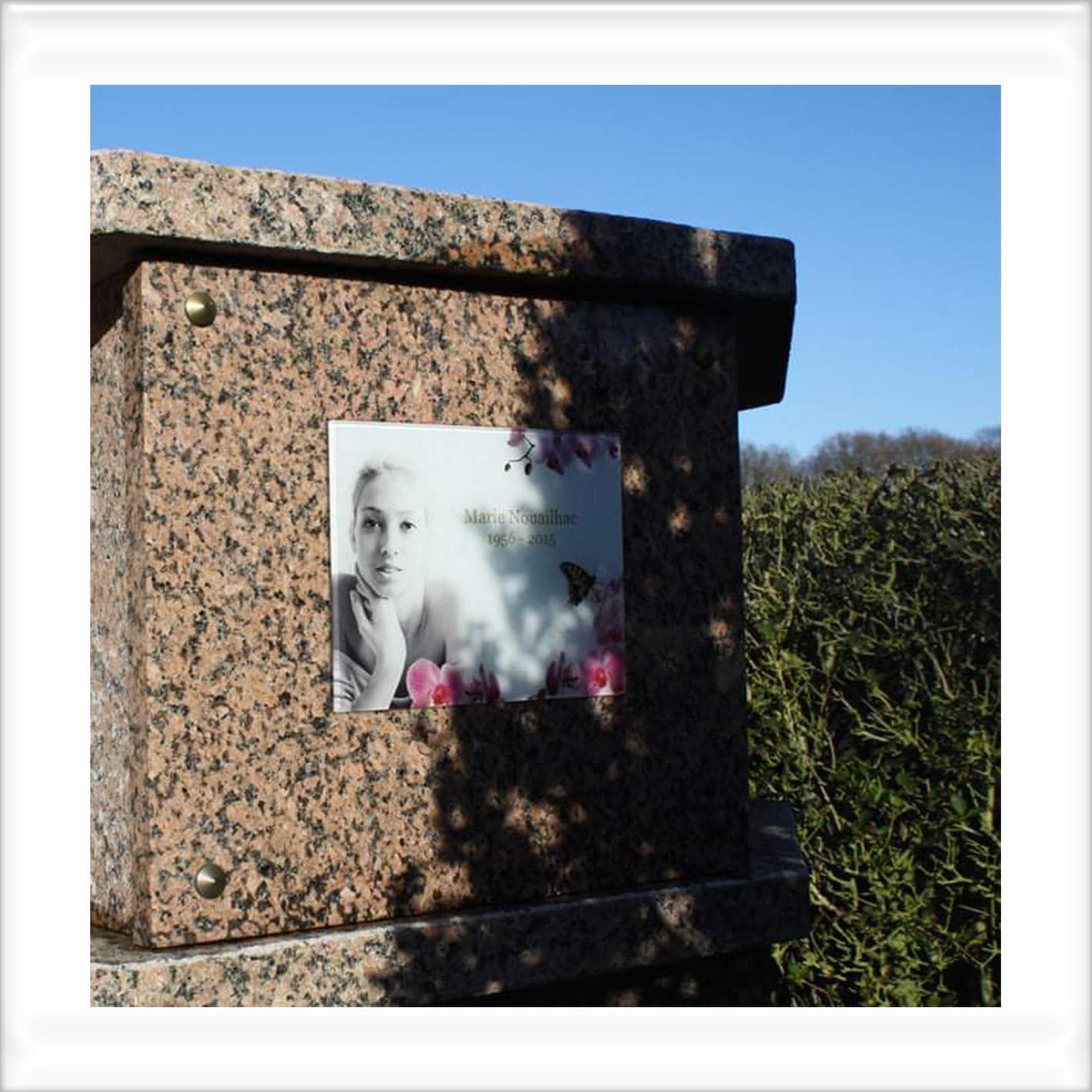 plaque funéraire en verre collé sur casse de colombarium